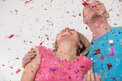 Ρομαντικό νέο γιορτάζοντας κόμμα ζευγών με το κομφετί Στοκ φωτογραφία με δικαίωμα ελεύθερης χρήσης