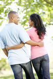 Ρομαντικό νέο ζεύγος αφροαμερικάνων που περπατά στο πάρκο Στοκ Φωτογραφία