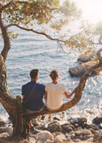 Ρομαντικό νέο ζεύγος ερωτευμένο από κοινού στοκ εικόνες