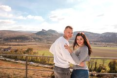 Ρομαντικό νέο ζεύγος που αγκαλιάζει και που χαμογελά υπαίθρια στοκ φωτογραφία με δικαίωμα ελεύθερης χρήσης