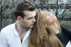 Ρομαντικό νέο ζεύγος στοκ φωτογραφία με δικαίωμα ελεύθερης χρήσης