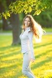 Ρομαντικό νέο κορίτσι που απολαμβάνει υπαίθρια το όμορφο πρότυπο φύσης μέσα Στοκ εικόνα με δικαίωμα ελεύθερης χρήσης