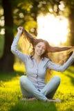 Ρομαντικό νέο κορίτσι που απολαμβάνει υπαίθρια το όμορφο πρότυπο φύσης μέσα Στοκ Φωτογραφία