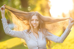 Ρομαντικό νέο κορίτσι που απολαμβάνει υπαίθρια το όμορφο πρότυπο φύσης μέσα Στοκ Εικόνα