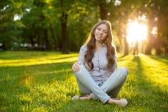 Ρομαντικό νέο κορίτσι που απολαμβάνει υπαίθρια το όμορφο πρότυπο φύσης μέσα Στοκ Φωτογραφίες