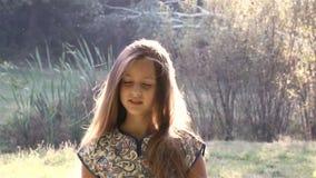 Ρομαντικό νέο κορίτσι απόθεμα βίντεο