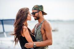Ρομαντικό νέο όμορφο ερωτευμένο αγκάλιασμα ζευγών στην αποβάθρα Στοκ Εικόνες