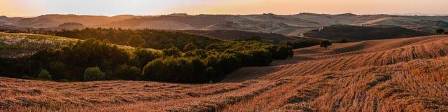 Ρομαντικό πανόραμα μεγάλων κλιμάκων στην Τοσκάνη Ιταλία στο ηλιοβασίλεμα Στοκ φωτογραφία με δικαίωμα ελεύθερης χρήσης