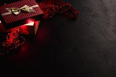 Ρομαντικό παρόν σκοτεινό ντεκόρ κιβωτίων δώρων μυστηρίου κόκκινο στοκ εικόνα με δικαίωμα ελεύθερης χρήσης
