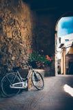 Ρομαντικό ποδήλατο με τα λουλούδια στα ιταλικά χωριό στοκ φωτογραφίες με δικαίωμα ελεύθερης χρήσης