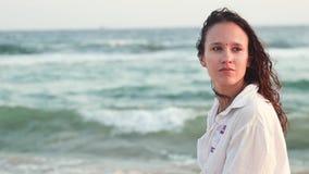Ρομαντικό πορτρέτο μιας νέας όμορφης γυναίκας στην ωκεάνια ακτή απόθεμα βίντεο