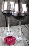 Ρομαντικό ποτήρι γευμάτων δαχτυλιδιών αρραβώνων του κρασιού Στοκ Εικόνες
