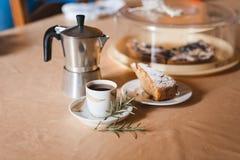 Ρομαντικό πρόγευμα για την ημέρα βαλεντίνων με το φλιτζάνι του καφέ και τη γλυκύτητα στοκ εικόνα