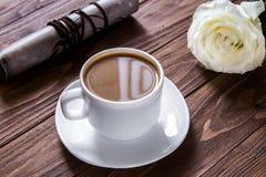 Ρομαντικό πρόγευμα στον ξύλινο πίνακα Άσπρος αυξήθηκε με το φλυτζάνι καφέ και τον κύλινδρο επιστολών αγάπης Έκπληξη στοκ εικόνες με δικαίωμα ελεύθερης χρήσης