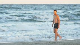 Ρομαντικό τέλειο παιχνίδι ζευγών στην παραλία φιλμ μικρού μήκους
