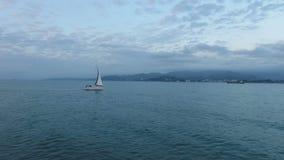 Ρομαντικό ταξίδι στην πλέοντας βάρκα, φέρνοντας σκάφος αέρα στο φωτεινό cloudscape φιλμ μικρού μήκους