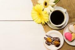 Ρομαντικό υπόβαθρο λουλουδιών και καφέ με τους αγαπημένους στοκ εικόνες με δικαίωμα ελεύθερης χρήσης