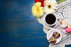 Ρομαντικό υπόβαθρο λουλουδιών και καφέ με τους αγαπημένους στοκ φωτογραφίες με δικαίωμα ελεύθερης χρήσης
