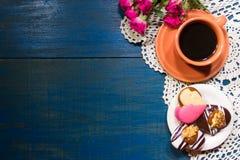 Ρομαντικό υπόβαθρο λουλουδιών και καφέ με τους αγαπημένους στοκ φωτογραφία