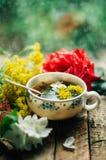 Ρομαντικό υπόβαθρο με το φλυτζάνι του τσαγιού, των λουλουδιών και του ανοικτού βιβλίου Στοκ φωτογραφίες με δικαίωμα ελεύθερης χρήσης