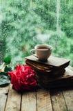 Ρομαντικό υπόβαθρο με το φλυτζάνι του τσαγιού, των λουλουδιών και του ανοικτού βιβλίου Στοκ Εικόνα