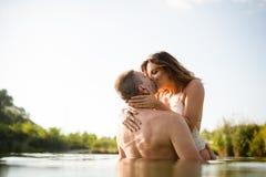Ρομαντικό φίλημα ζευγών στη θερινή λίμνη Στοκ εικόνα με δικαίωμα ελεύθερης χρήσης