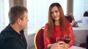 Ρομαντικό φιλί ανδρών και γυναικών που εξισώνει το ερωτευμένο κρασί κατανάλωσης ημέρας του βαλεντίνου εστιατορίων φιλμ μικρού μήκους