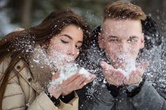 Ρομαντικό φυσώντας χιόνι ζευγών μακριά Στοκ εικόνες με δικαίωμα ελεύθερης χρήσης