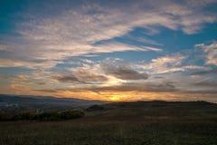 Ρομαντικό, φωτεινό και ζωηρόχρωμο ηλιοβασίλεμα πέρα από μια σειρά βουνών σε Transilvania Στοκ φωτογραφίες με δικαίωμα ελεύθερης χρήσης