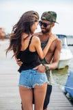 Ρομαντικό όμορφο ερωτευμένο αγκάλιασμα ζευγών στην ξύλινη αποβάθρα Στοκ Εικόνα