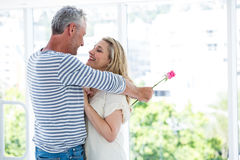 Ρομαντικό ώριμο αγκάλιασμα ζευγών Στοκ εικόνα με δικαίωμα ελεύθερης χρήσης