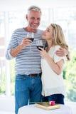 Ρομαντικό ώριμο ζεύγος με το κόκκινο κρασί Στοκ εικόνες με δικαίωμα ελεύθερης χρήσης