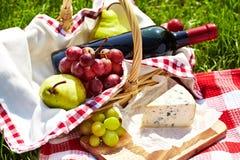 Ρομαντικό picnic καλάθι στοκ φωτογραφίες με δικαίωμα ελεύθερης χρήσης