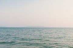 Ρομαντικό seascape καλοκαιριού με το κρύσταλλο - σαφής θάλασσα στοκ φωτογραφίες με δικαίωμα ελεύθερης χρήσης