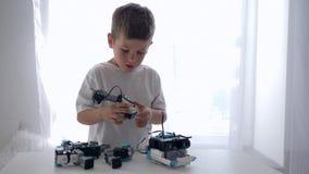 Ρομποτικά παιχνίδια, συμπαθητικό μοντάρισμα παιδιών των μερών ρομπότ με την τεχνητή νοημοσύνη στο φωτεινό δωμάτιο στο σπίτι απόθεμα βίντεο