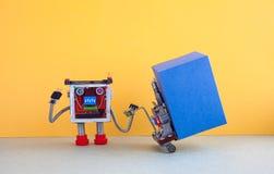 Ρομποτική για την διοικητική μέριμνα αντίληψη υπηρεσιών παράδοσης Ρομπότ που κινεί το μεγάλο μπλε εμπορευματοκιβώτιο κιβωτίων με  Στοκ Φωτογραφίες