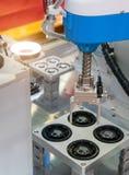 Ρομποτική εργαλειομηχανή στις βιομηχανικές εγκαταστάσεις κατασκευής Στοκ Φωτογραφίες
