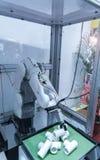 Ρομποτική εργαλειομηχανή στις βιομηχανικές εγκαταστάσεις κατασκευής Στοκ Εικόνα