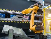 ρομποτική εργαλειομηχανή χεριών στο βιομηχανικό εργοστάσιο Στοκ Φωτογραφία