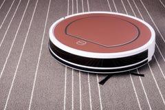 Ρομποτική ηλεκτρική σκούπα στην γκρίζα τεχνολογία καθαρισμού ταπήτων έξυπνη Στοκ φωτογραφίες με δικαίωμα ελεύθερης χρήσης