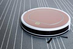 Ρομποτική ηλεκτρική σκούπα στην γκρίζα τεχνολογία καθαρισμού ταπήτων έξυπνη Στοκ Φωτογραφίες