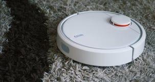Ρομποτική ηλεκτρική σκούπα στον τάπητα - οικιακά τεχνολογίας απόθεμα βίντεο
