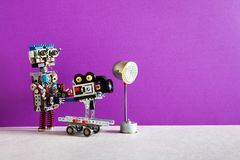 Ρομποτική κινηματογραφία Ο αστείος χειριστής καμεραμάν ρομπότ γυρίζει την τηλεοπτική ταινία ή τη κινηματογραφική ταινία Αυτοματοπ στοκ εικόνα
