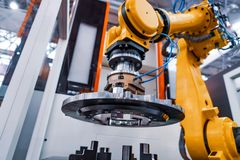 Ρομποτική σύγχρονη βιομηχανική τεχνολογία βραχιόνων Αυτοματοποιημένο κύτταρο παραγωγής στοκ εικόνες