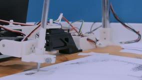 Ρομποτικός βραχίονας με το μαύρο πορτρέτο σχεδίων μανδρών