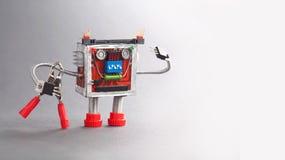 Ρομπότ ηλεκτρολόγων έτοιμο για την εργασία Χαρακτήρας παιχνιδιών μελών των ενόπλων δυνάμεων με τις κόκκινες πένσες γκρίζα φωτογρα Στοκ φωτογραφίες με δικαίωμα ελεύθερης χρήσης