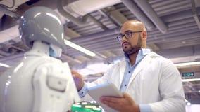 Ρομπότ και άνθρωπος επικοινωνίας ένας άνδρας αγκαλιάζει ένα ρομπότ γυναικών Σύγχρονες ρομποτικές τεχνολογίες Θηλυκές συγκινήσεις  φιλμ μικρού μήκους
