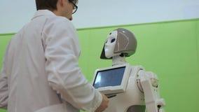 Ρομπότ και άνθρωπος επικοινωνίας Ένας άνδρας αγκαλιάζει ένα ρομπότ γυναικών Σύγχρονος ρομποτικός φιλμ μικρού μήκους