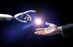 Ρομπότ και ανθρώπινο φως λάμψης χεριών πέρα από το Μαύρο Στοκ φωτογραφία με δικαίωμα ελεύθερης χρήσης