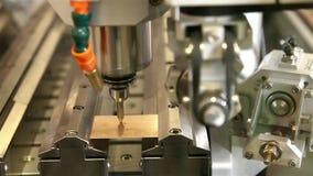Ρομπότ, κόβοντας σταυρός του χρυσού πιάτου απόθεμα βίντεο